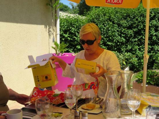 repas des bénévoles; un petit cadeau pour le départ de Brigitte Delphis